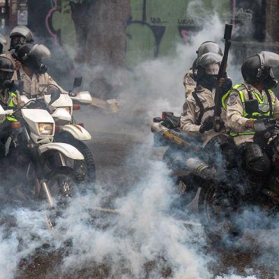 Mellakkapoliisi yritti estää hallituksen politiikkaa vastaan mieltään osoittavien ihmisten kokoontumisen Caracasissa, Venezuelassa, 29. kesäkuuta.