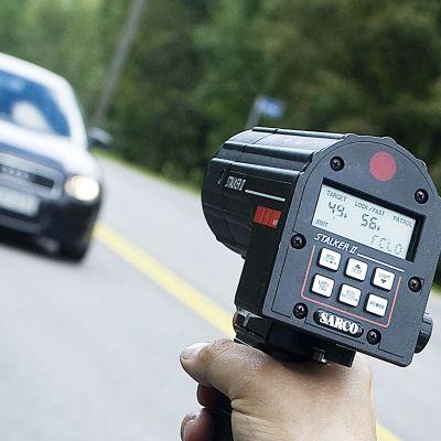 Poliisi nopeusvalvonnassa.
