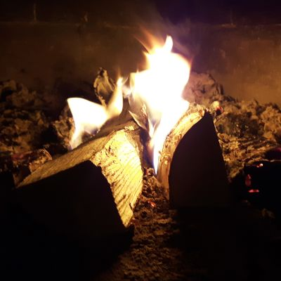 Puut palavat tulisijassa.