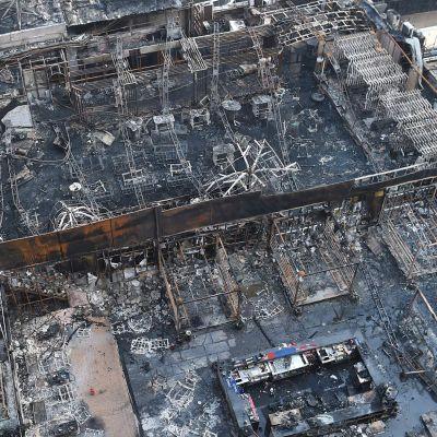 Kuva palaneesta rakennuksesta Kamala Millssissä Mumbaissa 29. joulukuuta.
