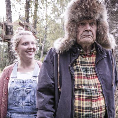 Heikki Kinnunen ja Satu Tuuli Karhu elokuvassa 'Ilosia aikoja, Mielensäpahoittaja'.