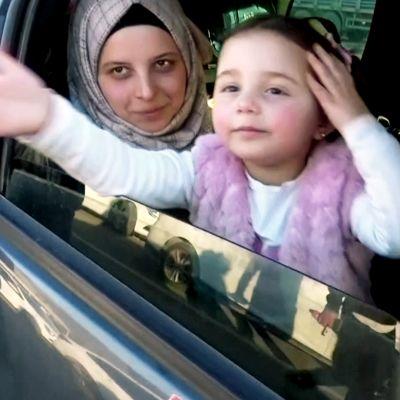 Pommeille naurava pikkutyttö pääsi turvaan