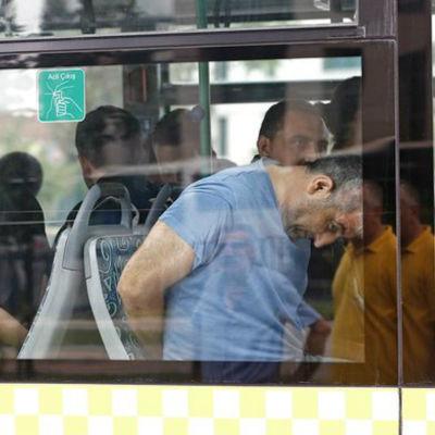 Personer som gripts efter kuppförsöket förs till domstol i Istanbul