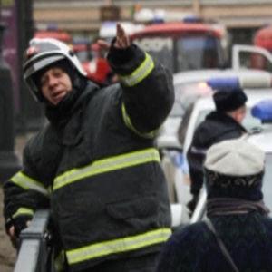 Rysk brandman viftar med handen.
