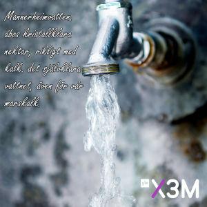 Bild på vatten där det står: Mannerheimvatten, Åbos kristallklara nektar, rikligt ned kalk, det självklara vattnet, även för vår marshalk.
