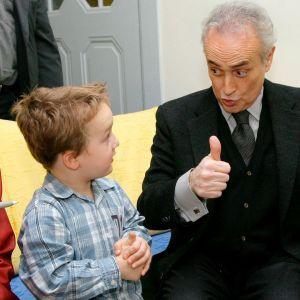 Espanjalainen tenori Jose Carreras tapaamassa pieniä lapsipotilaita.