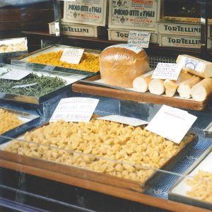 Tuorepastaa bolognalaiskaupan ikkunassa