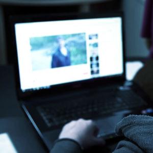 Mies katselee läppäriltä Youtubea