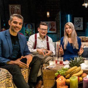 Hussein al-Taee, Kaius Niemi, Karin Creutz, Tunna Milonoff ja Riku Rantala leffakellarin sohvalla Docvnetures Talk Show'ssa.