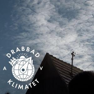 En drönare analyserar röken som kommer ut ur en skorsten på ett bostadshus i Katowice.