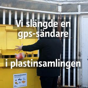 En man slänger en burk i ett plastinsamlingskärl.