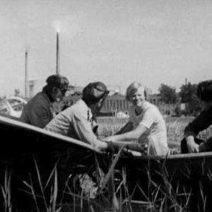 människor i roddbåt