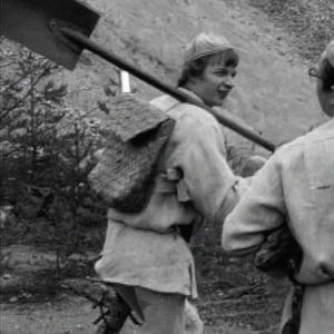 Jaakko Kolmonen ja Veijo Vanamo matkalla hiekkakuopalle kokkaamaan.