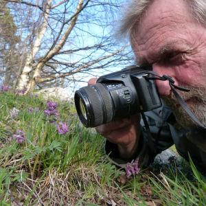 Jukka Tobiasson ottaa kuvan kasvista.