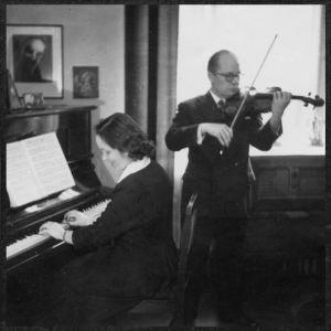 Pariskunta pianisti Aune Hyökki ja viulisti Anton Hyökki 1943.