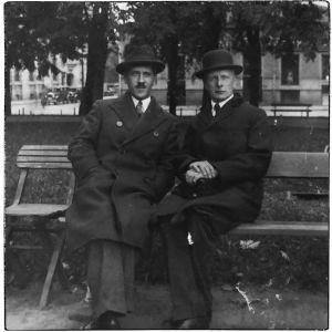 Pianotaiteilija Nikolai Orlov ja Andrej Rudnev puistonpenkillä Viipurissa noin 1930-luvulla.