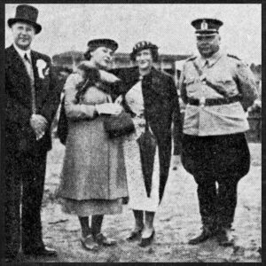 Viipurin kaupunginjohtaja Arno Tuurna ja poliisimestari Juuso Miettinen daameineen 1930-luvulla.