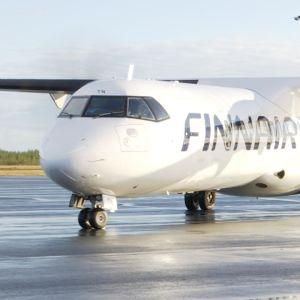 Ett propellerplan från Finnair rullar längs landningsbanan