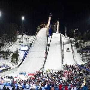Vy över Lahtis skidstadion och hoppbackarna.