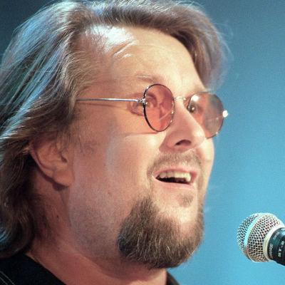 Hector laulaa mikrofoniin värilliset silmälasit päässään.