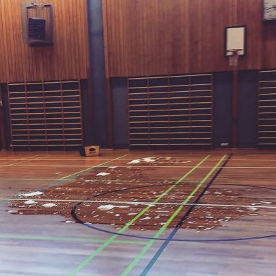 En vattenpöl mitt i en gymnastiksal i Närpes.