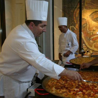 Kuuluisat espanjalaiset kokit Raul Barruguer, Pere Mercado ja Carlos Galbis valmistamassa paellaa