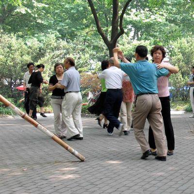 Kiinalaiset tanssivat aamulla puistossa