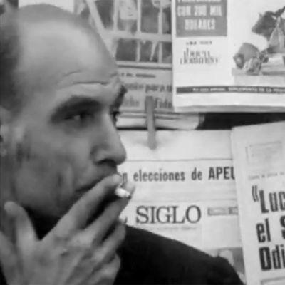 Chileläismies tupakoi lehtikioskin edessä (1971).