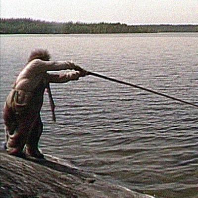 Rölli kalastaa.