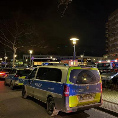 Polisbilar vid brottsplatsen i Hanau.