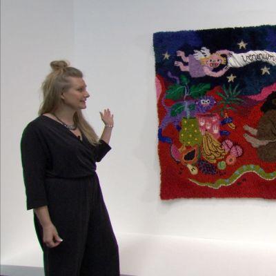 """Catarina Diehl står framför Anna-Karoliina Vainos verk """"Venenum et mel amor est"""" på Amos Rex Generation 2020."""