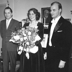 Anneli Rauhalan ensikonsertin jälkeen vuonna 1960.