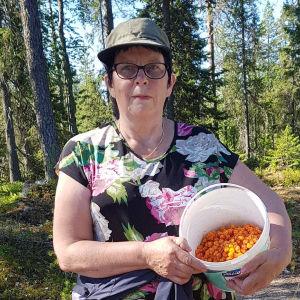 Eliina Mäntyjärvi ja hilloja ämpärissä