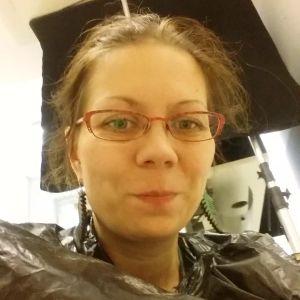 Toimittaja Riikka Kaihovaara pukeutuneena jätesäkkiin.