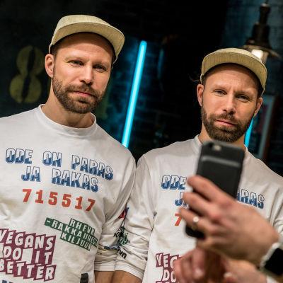 tupla-tunnat eli Tunna ja Juho Milonoff samanlaisessa paidassa