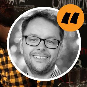 Kolumnisten Lasse Garoff i en en cirkel på en bakgrund med två debatterande män.