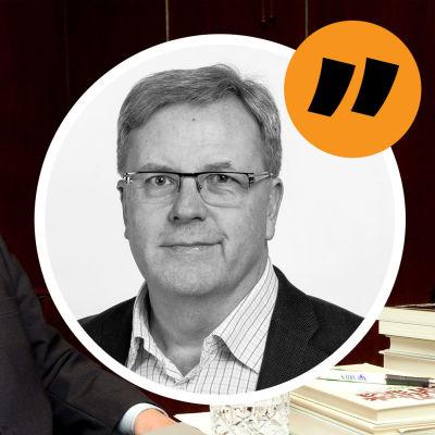 Paavo Väyrynen sitter vid ett skrivbord med en hög böcker och en laptop. På bilden en ikon med en bild på Bengt Östling och ett citattecken.