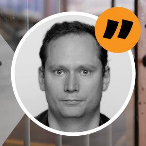 En lapp på en butiksdörr där det står att butiken är stängd, bredvid en kommentarsstämpel föreställande AG Karlsson.