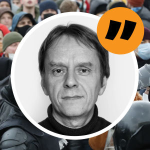 Människor har samlats för att demonstrera i Rysslands huvudstad Moskva för oppositionsledaren Aleksej Navalnyj. Ovanpå bilden en bild på redaktör Anders Mård.