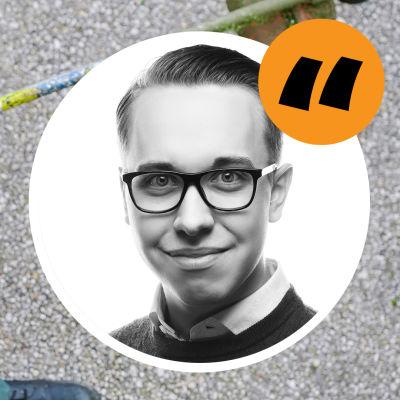 En gårdskarl går över en gårdsplan. En bild på kolumnisten Oliwer Bäcklund i förgrunden