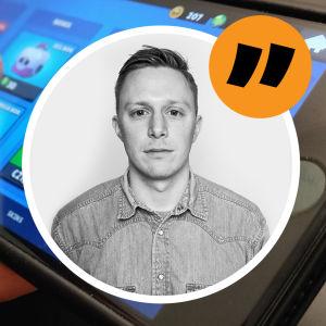 Lucas Dahlström tittar in i kameran. I bakgrunden ett mobilspel.