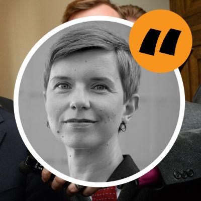 Antti Rinne ser härjad ut bland journalisternas mikrofoner. På bilden en rund ikon med ett citattecken och en bild av Linda Söderlund.