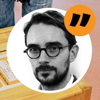En hand som lägger en röstsedel i en valurna och en hand som ligger på valurnan. Redaktör Johan Ekmans ansikte finns i en cirkel på bilden med citattecken eftersom det är frågan om en kommentarsbild för en artikel.