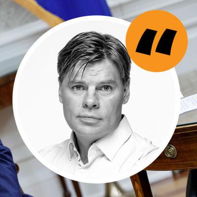 Svenska Yles USA-korrespondent i en kommentarsbubbla. Bild på Trump i bakgrunden.