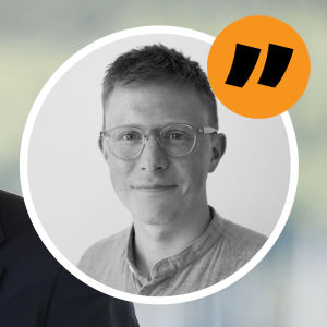 I bakgrunden bild av Stefan Löfven som pratar under en presskonferens. I förgrunden inklippt grafik på reporter Lucas Dahlström för att signalera att den här texten är en kommentar.