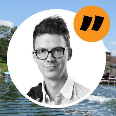 Porträtt av Magnus Swanljungs på en bakgrund föreställande en sommarstuga vid havet.