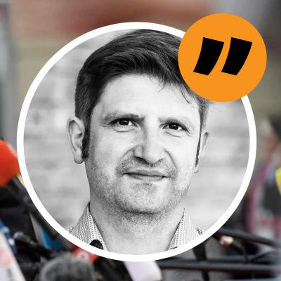Bild av Jüri Ratas som går förbi en massa mediemikrofoner. Påklistrat är en porträttbild av reporter Gustaf Antell.