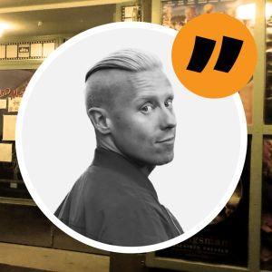 Ingågen till en biograf, på väggen syns affischer på filmer. Inflikad i en cirkel är Nicke Aldens ansikte.