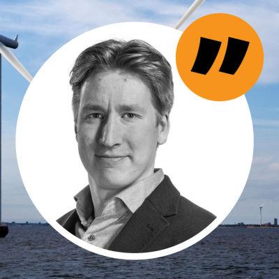 En rad vindkraft ute till havs. Infälld bild på kommentatorn.