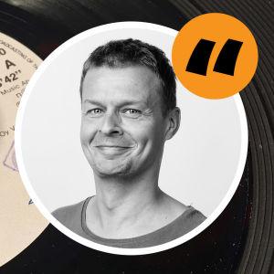 En bild av en leende Joakim Rundt och ett gult citattecken placerad på en bild av en vinylskiva.